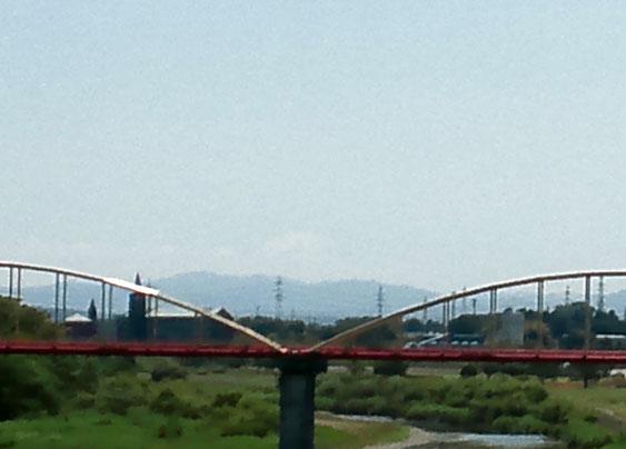 分かりますか?橋のくぼんでいるところの、山、雲のさらに上・・・