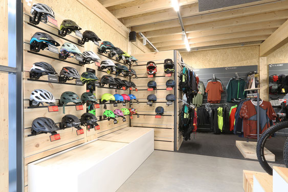 Lucky Star Sargans – Velobekleidung, Sportbrillen, Velohelme, Veloschuhe, Velohandschuhe, Funktionsbekleidung für den Radfahrer und Velorucksäcke mit Rückenprotektor.