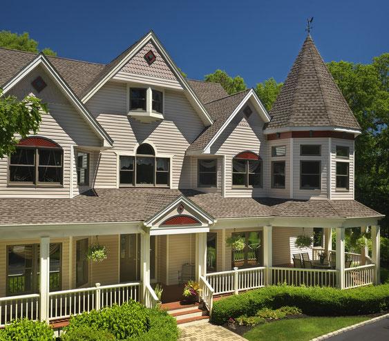 Dom pokryty gontem, gont, gonty, GAF, Timberline HD w kolorze Mission Brown
