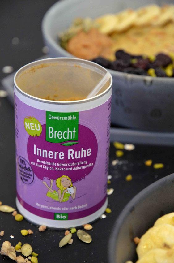 """Süße, vegane Gewürzmischungen für Porridge sind eher selten: Die """"Innere Ruhe"""" von der Gewürzmühle Brecht ist in der Zusammensetzung (u.a. mit Zimt Ceylon, Kurkuma und Kakaopulver) deshalb ideal für einen stärkenden und wärmenden Start in den Tag."""