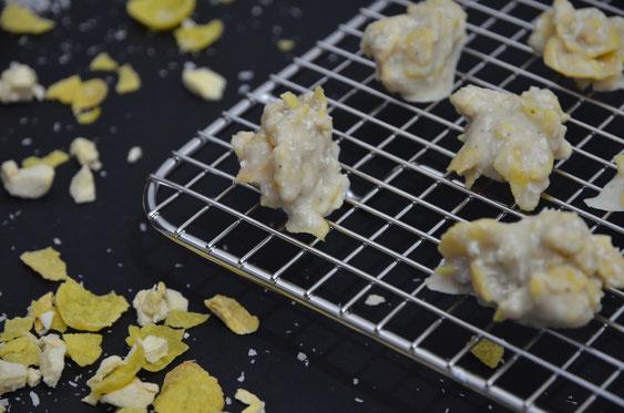 Weiße Knusperflakes mit Mango und Kokos