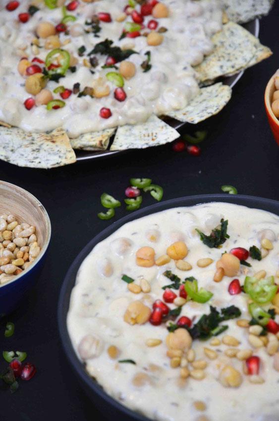 Fatteh bietet sich perfekt als warmes Frühstück sowohl als Auflauf ganz traditionell, oder als Snackplatte in einer etwas modernen Form, an zu servieren.
