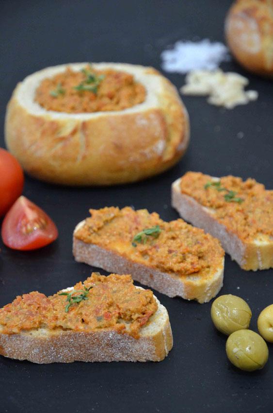 Der Antipasti-Aufstrich lässt sich perfekt zu einer Brotzeit, Gegrilltem und/oder weiteren Antipasti-Variationen servieren.