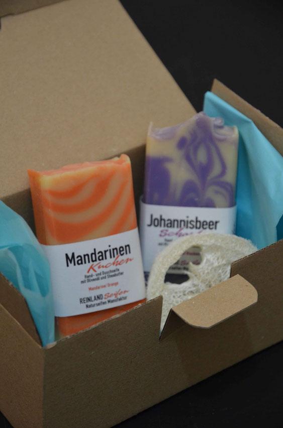 Der Versand der Reinland Seifen erfolgt ebenfalls plastikfrei. Die handgesiedeten Seifen sind in Papier gewickelt und werden in Kartons passender Größe verschickt.