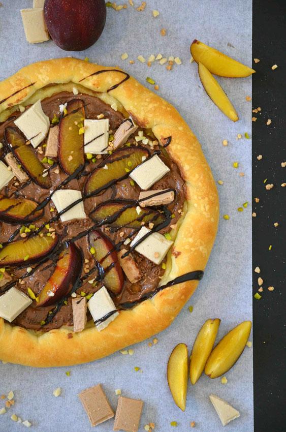 Schokoladenpizza mit Pflaumen und Krokant-Nuss-Topping (vegan) - Variabel als Dessertpizza gestaltbar für jeden Anlass.