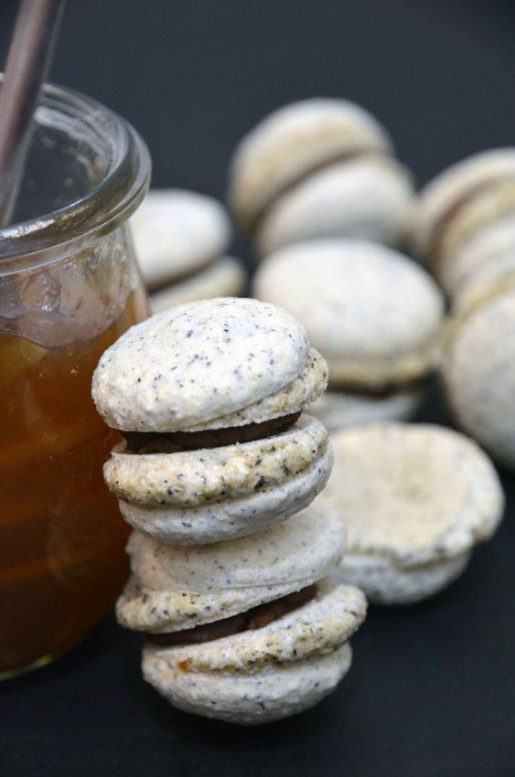 Die fruchtige Orangenmarmelade rundet den süßen Geschmack der Macarons ab.