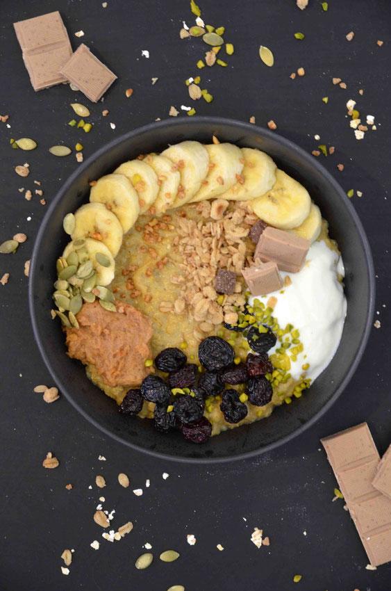 Besonders warmes Frühstück lässt sich immer wieder kreativ neu gestalten - durch die passenden Gewürze und weiteren Toppings. So ist das klassische, schottische Porridge schon lange unser (all-)tägliches Lieblingsfrühstück.