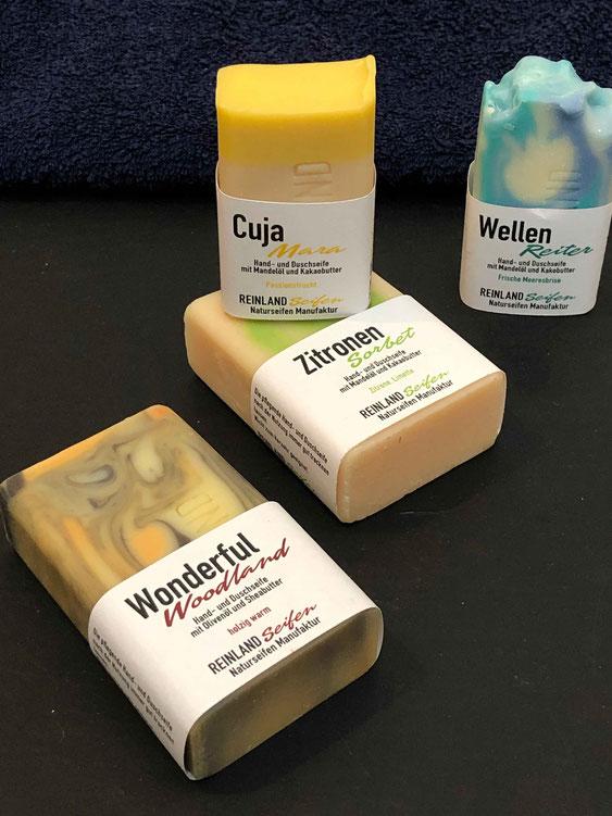 Wunderbar an dem Reinland Seifen Angebot ist auch, dass es Seifen in zwei Größen gibt, so kann man gleich das kleinere Stück Seife für unterwegs mitbestellen.