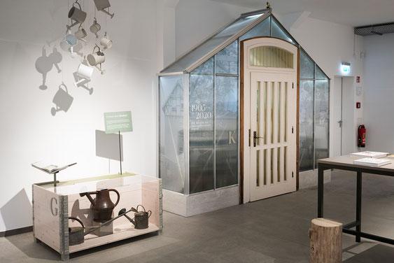 Wienss Innenausbau GmbH - Innenausbau, Objektbau, Museumsbau - hier: Gartenmuseum Lennestadt - inszeniertes Gewächshaus mit alter Tür. www.wienss-innenausbau.de
