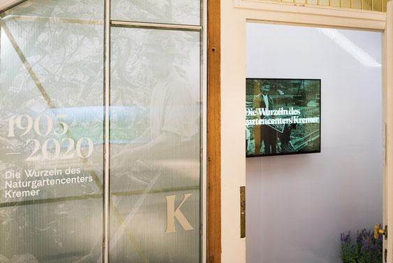 Wienss Innenausbau GmbH - Innenausbau, Objektbau, Museumsbau - hier: Gartenmuseum Lennestadt - inszeniertes Gewächshaus mit alter Tür. www.wienss-innenausbau.de - Detail bei offener Tür.