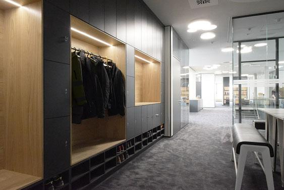 Wienss Innenausbau GmbH - Carl Zeiss AG - Innenausbau Büro in Oberkochen - www.wienss-innenausbau.de - Garderobenschrank mit Schließfächern