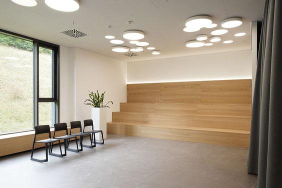 Wienss Innenausbau GmbH - Innenausbau, Objektbau, Küchenzeile - Meeting Room mit Sitztreppe in Eiche Multiplex