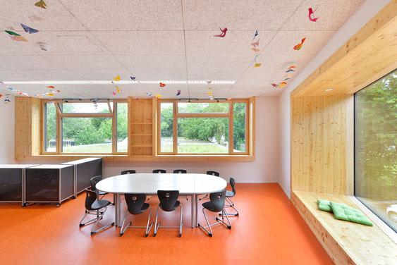 Wienss Innenausbau GmbH - Innenausbau, Objektbau, Umbau Rinnenäckerschule Waiblingen - Einhausung der Brüstung, Fensterverkleidung mit Holz