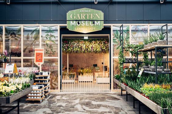 Wienss Innenausbau GmbH - Innenausbau, Objektbau, Museumsbau - hier: Gartenmuseum Lennestadt - zentraler Bereich mit Blumenwiese über Kopf. www.wienss-innenausbau.de - Eingang