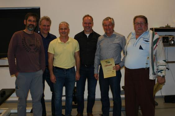 Foto von links: Geschäftsführer Thomas Kaeuffer, 2. Vorstand Gerhard Rohleder, der scheidende 1. Vorstand Rüdiger Graf, Schatzmeister Thomas Pellot, Xaver Heimisch (50 Jahre) und Georg Bauer (25 Jahre).