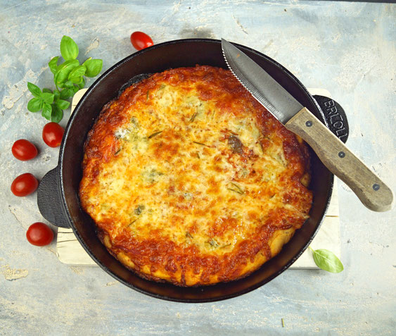 Super knusprige, extrem käsebeladene Pfannenpizza