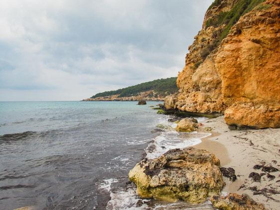 Zahlreiche kleine Buchten befinden sich zwischen den orangeroten Felsen.