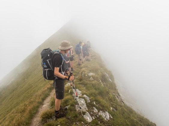 Nebelsuppe auf dem letzten Grat der Etappe