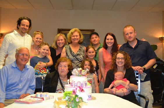 Fanny Bensinger, geb. Kamm an ihrem 101. Geburtstag im Kreis ihrer Familie.  Ganz links sitzend Ethan Bensinger.