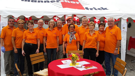 Die Crew des Männerchors Frick vor dem Raclette-Zelt in Frickingen