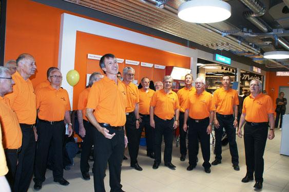 Der Männerchor Frick anlässlich der Eröffnung im umgebauten Migros Center