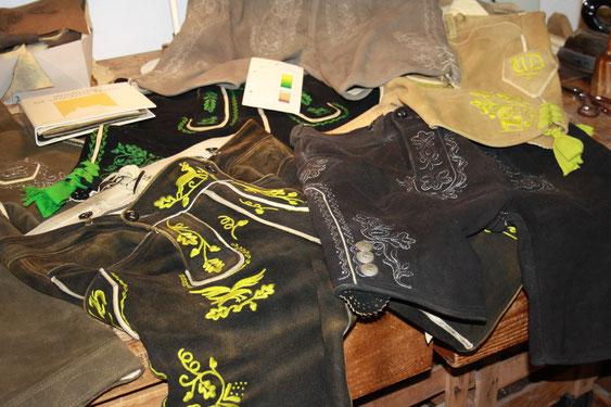 Sammlung von handgefertigten Hirschlederhosen