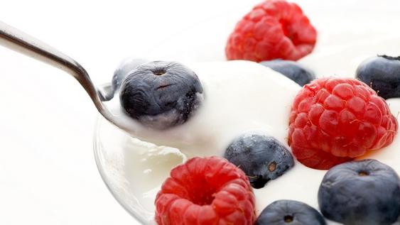 Mit probiotischen Produkten wird die Darmflora positiv beeinflusst. Meist handelt es sich bei probiotischen Produkten um Milchprodukte. Diese enthalten Milchsäurebakterien, die die Säure-Barriere des Magens überstehen und lebend in den Darm gelangen