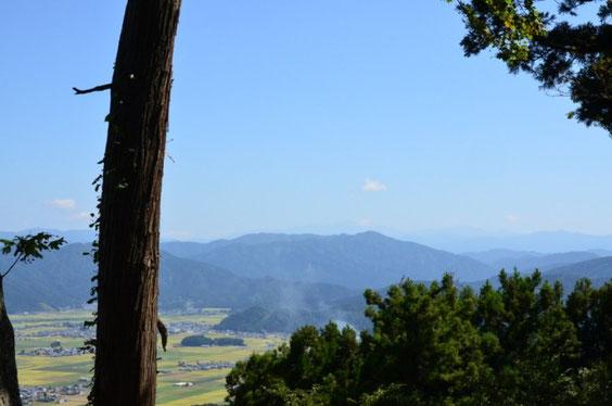 山頂から白山を遠望する