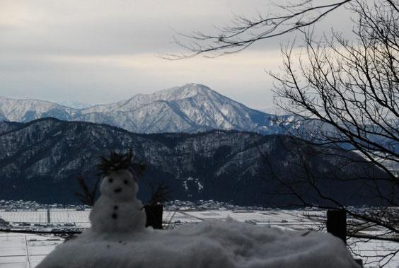 雪だるまもお正月を祝っています