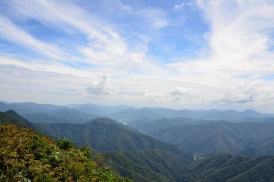 山頂から徳山ダムを