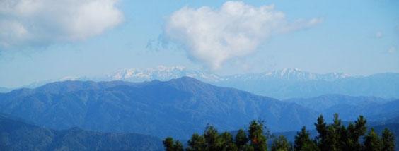 山頂から冠雪した白山を望む