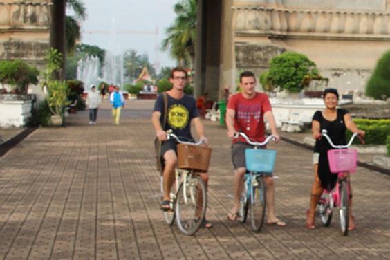 De droite à gauche: Mimi - Alex - Pierre (Vientiane, Laos)