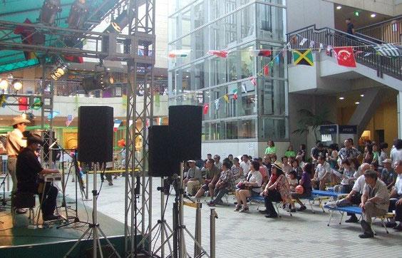 沢山の観客の皆様とカントリーミュージックを楽しむ