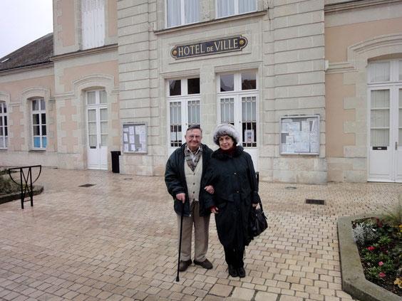M. et Mme Métais devant l'hôtel de ville