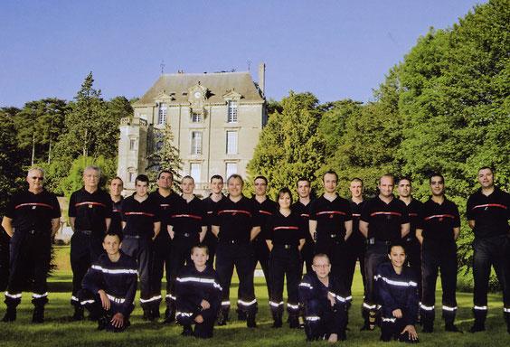 Les pompiers du centre de St Paterne posant devant le château de la Roche-Racan, pour leur calendrier 2010