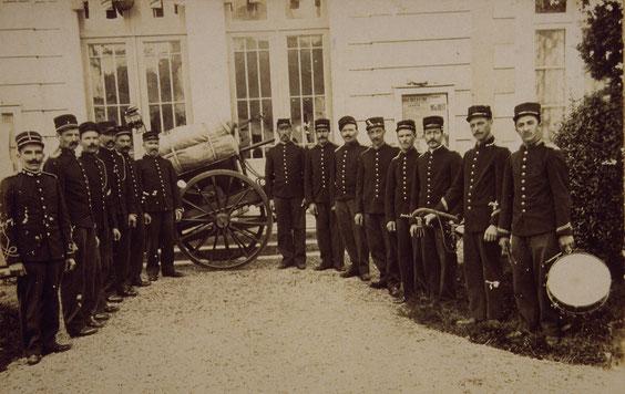 Le corps des pompiers de St Christophe sous la conduite du lieutenant Baillou, à gauche, au début du XXe siècle