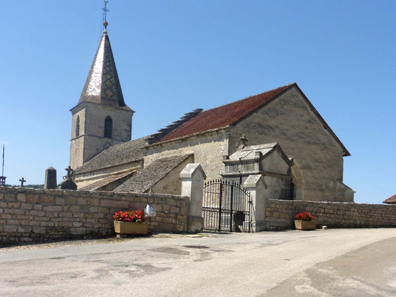 L'église et son clocher en tuiles vernissées