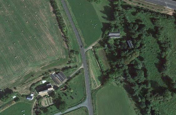Sur cette vue aérienne, la Borde Bouleau apparaît en bas à gauche, alors que l'on aperçoit l'autoroute A28 en haut à droite.