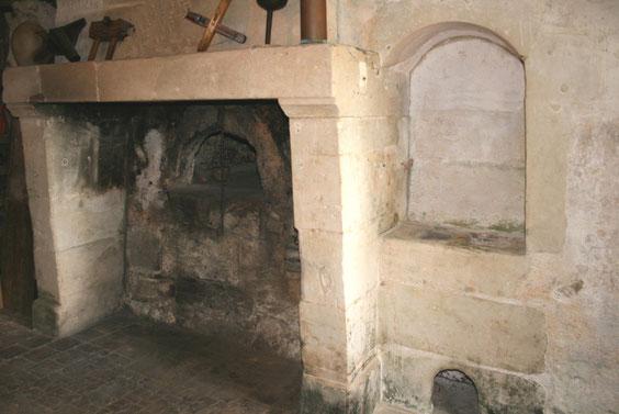 L'immense cheminée, le four et le potager (sorte de brasero pour tenir les plats au chaud)