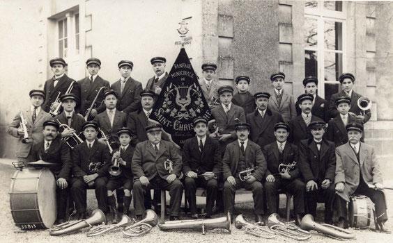 Les musiciens entourant M. Bodin, en 1928