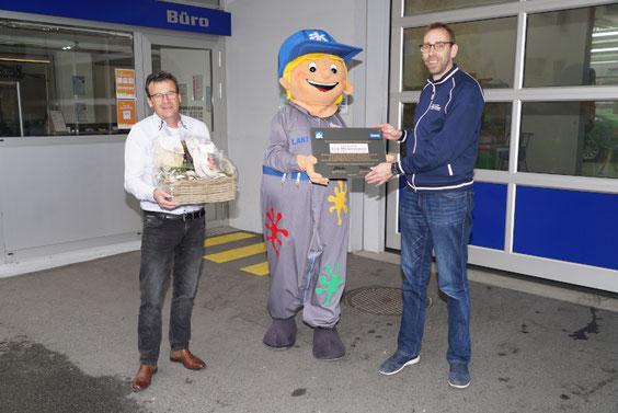 Herzlichen Glückwunsch zum Jubiläum: Urs Wesemann (rechts) mit Laki und Pius Limacher (links).