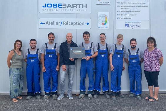 José Barth (Mitte) mit seinem Team bei der Gratulation durch Patrick Scholl, Aussendienstmitarbeiter der André Koch AG (4. v. l.).