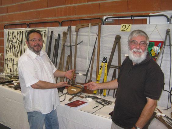 Christian Maitreau et Lionel Royer devant l'exposition de compas, à Château-du-Loir