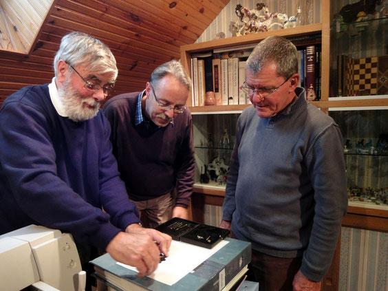 Lionel Royer utilisant un ellipsographe sous le regard attentif de John Boele et René Verstraete