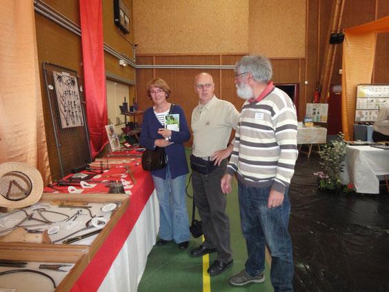 Christiane et Philippe Gounand devant l'exposition de Lionel Royer