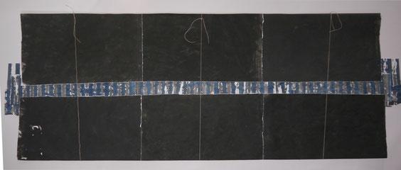 Schichtung (gegen das Vergessen), Acryl auf Papier, Schnur, 117 x 307 cm
