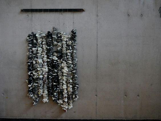Schichtung,  Acryl auf Papier, Holzrahmenleiste, beschichtet, geknüllt, hängend ;198 x 15 x  12 cm