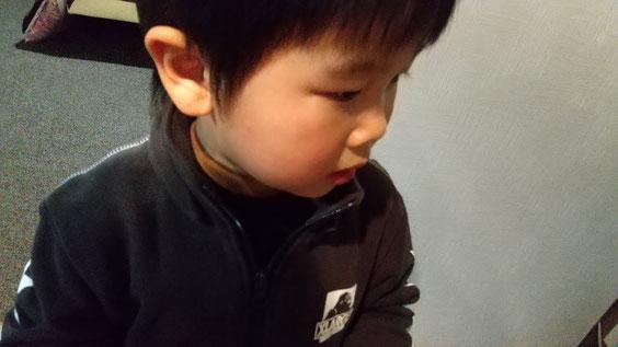 真剣な表情の子供の写真