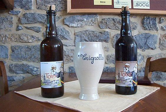 """La Bière """"Toine"""" Blonde et brune avec sa chope en grès"""