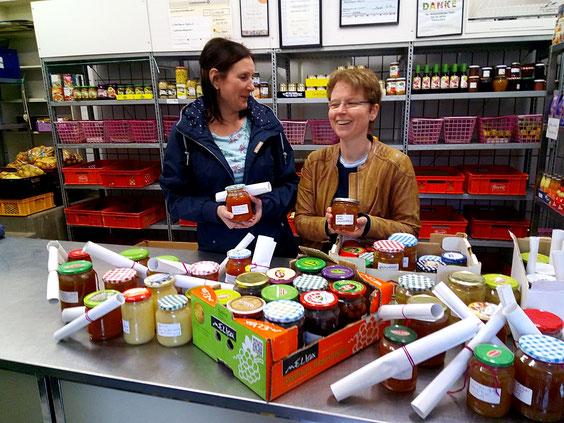 Beate Rheinländer und Susanne Lotze von den Beruflichen Schulen brachten die veredelten Erntegaben zur Tafel.